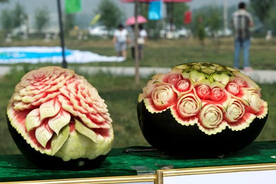 """厨师学员精工雕刻的西瓜作品""""玫瑰情人"""",""""牡丹花""""."""